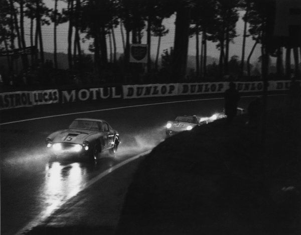 Le Mans, France. 25th - 26th June 1960 Graham Whitehead/Henry Taylor (Ferrari 250 GT0, retired, leads Edgar Barth/Wolfgang Seidel (Porsche RS60), 11th position, at night action. World Copyright: LAT Photographic Ref:  Autocar Used Pic 1st position, July 1960 Pg 10.