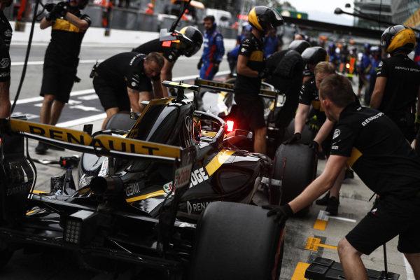 Carlos Sainz Jr., Renault Sport F1 Team R.S. 18, pits.