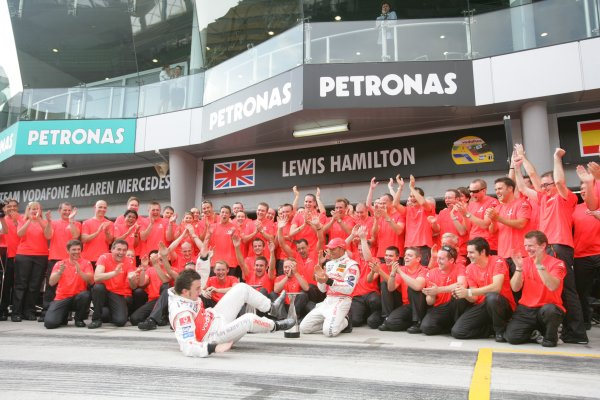 2007 Malaysian Grand Prix - Sunday RaceSepang, Kuala Lumpur. Malaysia.8th April 2007.Fernando Alonso, McLaren MP4-22 Mercedes, 1st position, and Lewis Hamilton, McLaren MP4-22 Mercedes, 2nd position, celebrate the McLaren one-two with their team. Portrait.World Copyright: Andrew Ferraro/LAT Photographic.ref: Digital Image ZP9O2760