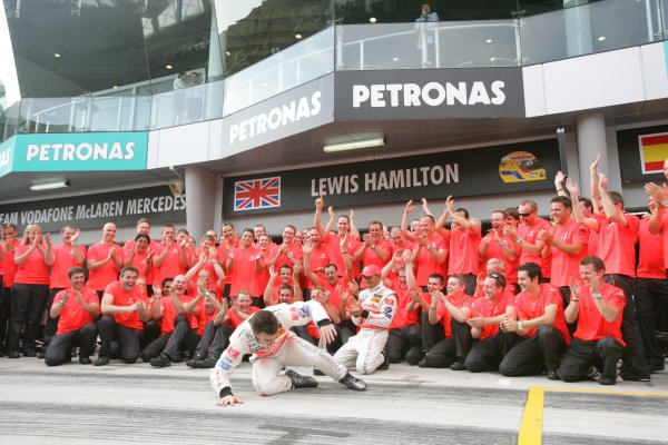 2007 Malaysian Grand Prix - Sunday RaceSepang, Kuala Lumpur. Malaysia.8th April 2007.Fernando Alonso, McLaren MP4-22 Mercedes, 1st position, and Lewis Hamilton, McLaren MP4-22 Mercedes, 2nd position, celebrate the McLaren one-two with their team. Portrait.World Copyright: Andrew Ferraro/LAT Photographic.ref: Digital Image ZP9O2761