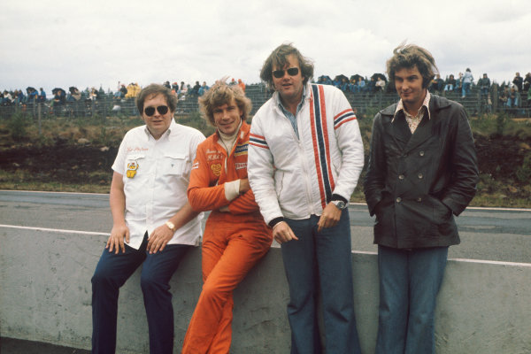 Zandvoort, Holland. 20-22 June 1975. James Hunt (Hesketh Ford) with Lord Alexander Hesketh, Anthony (Bubbles) Horsley and Harvey Postlethwaite. Ref: 75HOL29. World Copyright - LAT Photographic