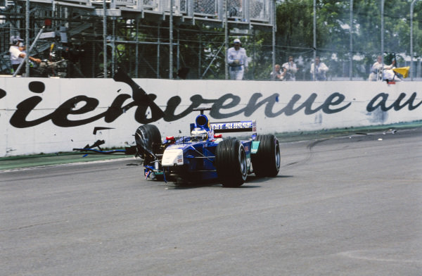 Nick Heidfeld, Sauber C20 Petronas, crashes into the Wall of Champions.