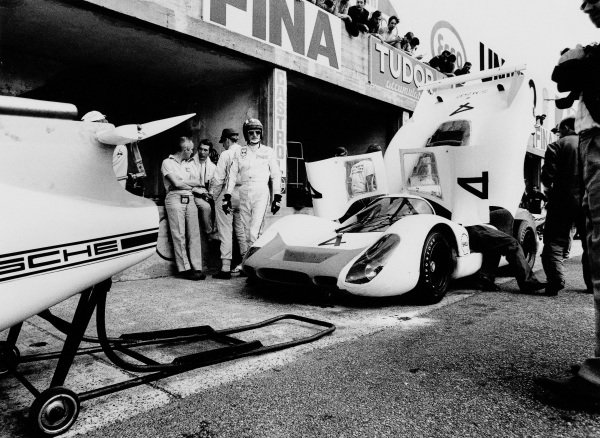 Jo Siffert / Brian Redman, Porsche System Engineering, Porsche 908 LH 026 in the pitlane.