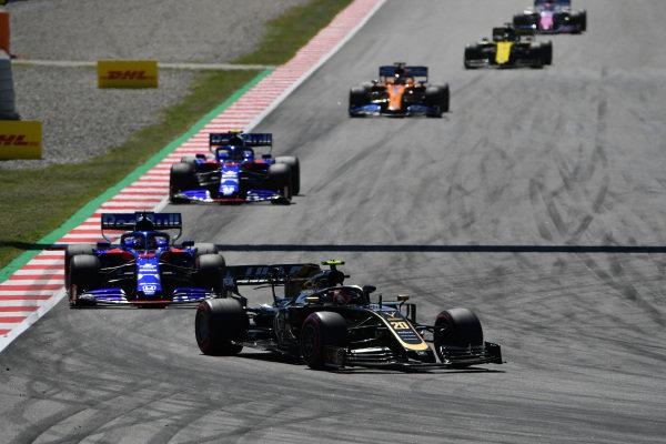 Kevin Magnussen, Haas VF-19, leads Daniil Kvyat, Toro Rosso STR14, Alexander Albon, Toro Rosso STR14, and Carlos Sainz Jr., McLaren MCL34
