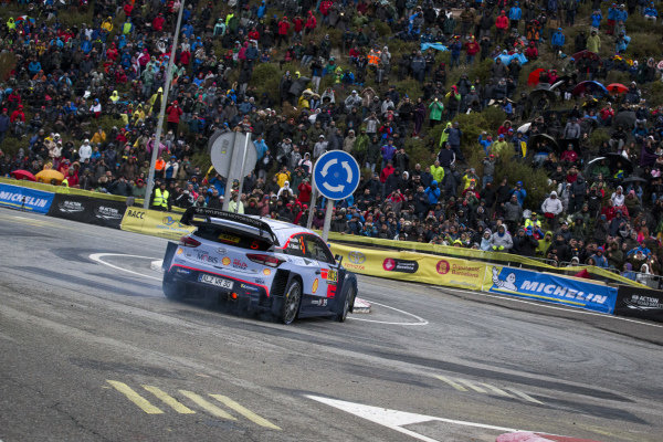 Thierry Neuville, Hyundai Motorsport, Hyundai i20 Coupé WRC 2018, on the Riudecanyes roundabout