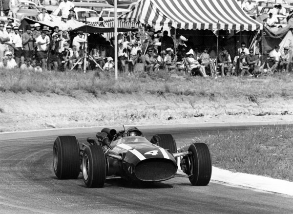 1967 South African Grand Prix.Kyalami, South Africa. 2 January 1967.Pedro Rodriguez, Cooper T81-Maserati, 1st position, action.World Copyright: LAT PhotographicRef: 1460/19A/20