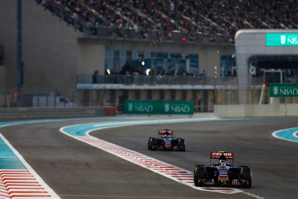 Yas Marina Circuit, Abu Dhabi, United Arab Emirates. Sunday 29 November 2015. Carlos Sainz Jr, Toro Rosso STR10 Renault, leads Max Verstappen, Toro Rosso STR10 Renault. World Copyright: Sam Bloxham/LAT Photographic ref: Digital Image _SBL8776