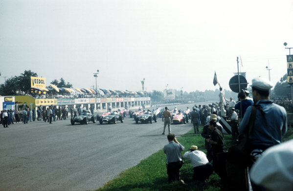 Monza, Italy.6-8 September 1957.The start of the race with Stuart Lewis-Evans (Vanwall) on pole.Ref-57 ITA 32.World Copyright - LAT Photographic