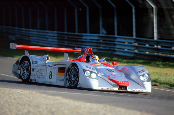 Le Mans, France. June 17 - 18. Frank Biela, Tom Kristensen and Emanuele Pirro's no. 8 Audi R8R. Action. World Copyright: Jeff Bloxham/LAT Photographic ref: 35mm Transpareny.