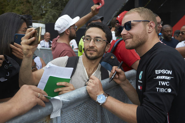 Valtteri Bottas, Mercedes AMG F1 takes a selfie with a fan