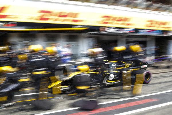 Carlos Sainz Jr., Renault Sport F1 Team R.S. 18, make a pit stop.