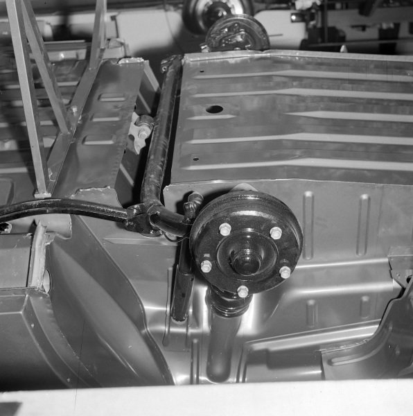 Chassis, wheel hub and roll bar detail.
