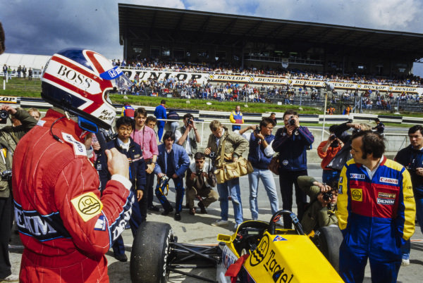 Nigel Mansell, preparing to step into his Williams FW10 Honda.