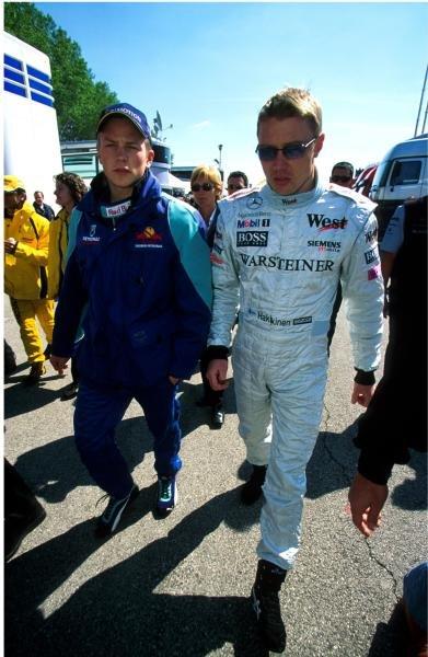 Kimi Raikkonen(FIN) Sauber Petronas C20, left with Mika Hakkinen(FIN) McLaren Mercedes MP4/16, right San Marino GP, Imola, Italy, 15 April 2001 BEST IMAGE
