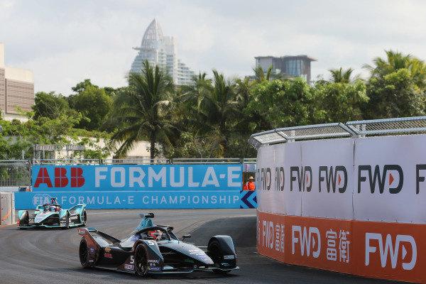 Stoffel Vandoorne (BEL), HWA Racelab, VFE-05 leads Mitch Evans (NZL), Panasonic Jaguar Racing, Jaguar I-Type 3