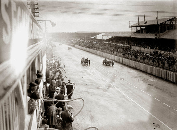 Le Mans, France. 15-16 June 1935.Louis Villeneuve/Andre Vagniez (Bugatti T51A, number 26) and Percy Maclure/Sammy Newsome (Riley mph).Ref-Motor 800/113.World Copyright - LAT Photographic
