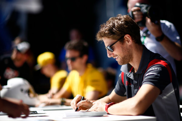Sochi Autodrom, Sochi, Russia. Sunday 30 April 2017. Romain Grosjean, Haas F1, signs autographs alongside Jolyon Palmer, Renault Sport F1.  World Copyright: Andy Hone/LAT Images ref: Digital Image _ONZ1459
