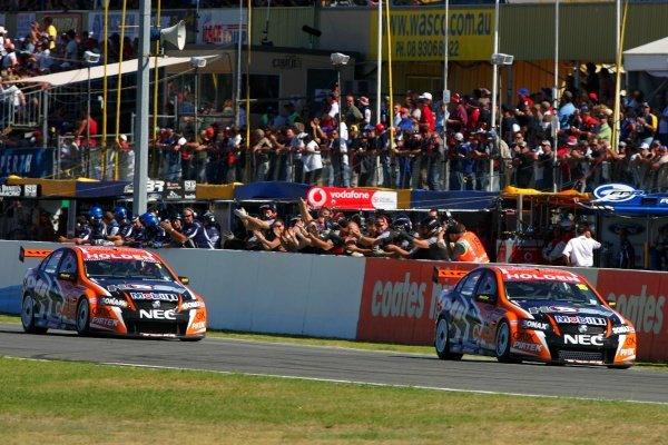 Garth Tander (AUS) Toll HSV Commodore set pole and won all 3 races to comprehensively win round two from team mate Rick kelly (AUS) Toll HSV Commodore