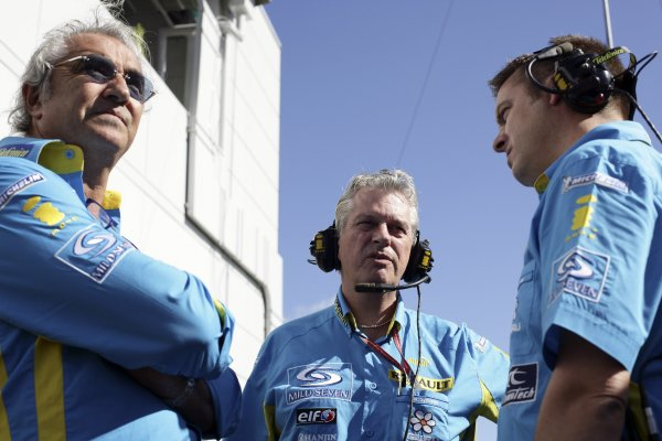 2006 Japanese Grand Prix - Saturday Qualifying Suzuka, Japan. 5th - 8th October 2006 Pat Symonds, Rod Nelson and Flavio Briatore, discuss qualifying for the two Renault's, portrait. World Copyright: Charles Coates/LAT Photographic. ref: Digital Image ZK5Y6818