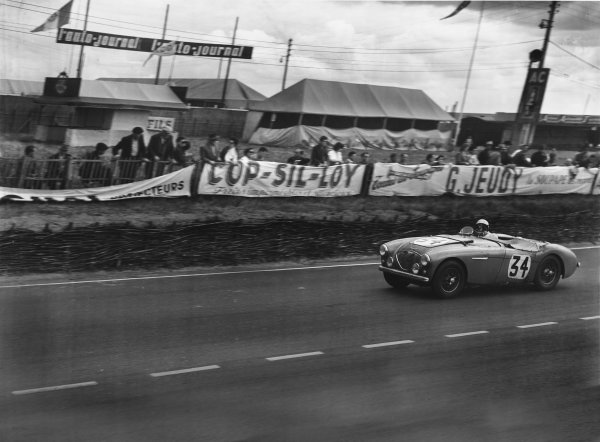 1953 Le Mans 24 hours. Le Mans, France. 13th - 14th June 1953. John Lockett / Maurice Gatsonides (Austin-Healey 100), 12th position, action.  World Copyright: LAT Photographic. Ref:  B/W Print.