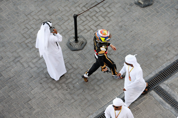 Yas Marina Circuit, Abu Dhabi, United Arab Emirates. Sunday 29 November 2015. Pastor Maldonado, Lotus F1, returns to his garage. World Copyright: Jed Leicester/LAT Photographic ref: Digital Image _L1_2135