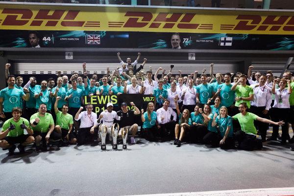 Marina Bay Circuit, Marina Bay, Singapore. Sunday 17 September 2017. Lewis Hamilton, Mercedes AMG, 1st Position, Valtteri Bottas, Mercedes AMG, 3rd Position, and the Mercedes team celebrate. World Copyright: Steve Etherington/LAT Images  ref: Digital Image SNE17408