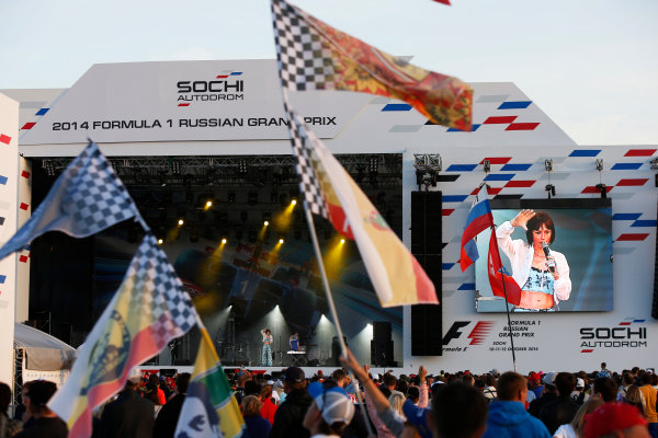 Sochi Autodrom, Sochi, Russia. Sunday 12 October 2014. The F1 concert in full swing. World Copyright: Charles Coates/LAT Photographic. ref: Digital Image _J5R4179