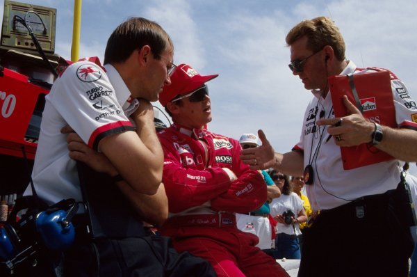 Al Unser Jr (USA) Penske Racing talks with his engineers.