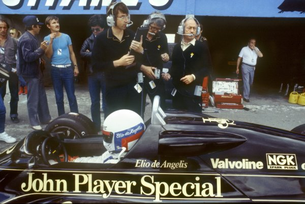 1982 Swiss Grand Prix.Dijon-Prenois, France. 29 August 1982.Elio de Angelis, Lotus 91-Ford, 6th position, in the pitlane. Peter Warr and Colin Chapman stand behind.World Copyright: LAT PhotographicRef: 35mm transparency 82SWI20
