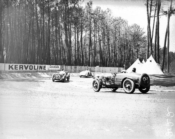 Camille Poiré / Gaston Robail, Ecurie De L' Ours, Amilcar C6 leads Norman Black / J. R. H. Baker, Singer Ltd., Singer Nine Le Mans and Frank Stanley Barnes / Alf Langley, Singer Le Mans 1.5L.