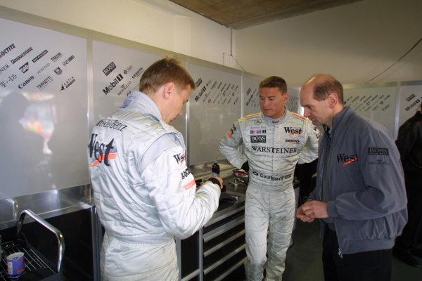 2001 San Marino Grand Prix.Imola, Italy. 13-15 April 2001.David Coulthard with team mate Mika Hakkinen (both McLaren Mercedes) and McLaren Technical Director Adrian Newey.World Copyright - LAT Photographicref: 8 9 MB Digital
